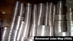 Un entrepôt de cocottes en aluminium fabriquées au quartier Mokolo à Yaoundé, le 16 novembre 2017. (VOA/Emmanuel Jules Ntap)