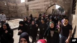 قاہرہ میں رواں ہفتے مبینہ طور پر پولیس کے ہاتھوں ہلاک ہونے والے شخص کے رشتے دار احتجاج کر رہے ہیں۔