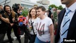 Pilot Nadiya Savchenkotiba di Kyiv, Ukraina hari Rabu (25/5), setelah hampir dua tahun ditahan di sebuah penjara di Rusia.