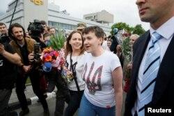 Надія Савченко спілкується із журналістами