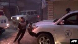 Hình ảnh từ một video trên Youtube cho thấy đoàn xe cứu trợ của Chương trình Lương thực Thế giới bị tấn công ở thành phố Homs, ngày 8/2/2014.