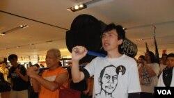 參與學民思潮平反六四遊行的社民連成員,抬著道具棺材遊行經過一間百貨公司 (美國之音特約記者湯惠芸拍攝)