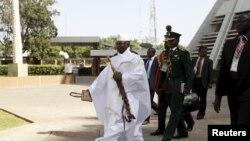 L'ex-président gambien Yahya Jammeh entouré de sa garde et de quelques ministres lors du sommet de la CEDEA à Abuja, Nigeria, 16 décembre 2015.
