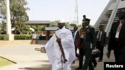 Le président Yahya Jammeh arrive à une réunion à Abuja, Nigeria, le 16 décembre 2015.