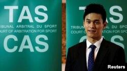 资料照:中国游泳运动员孙杨在瑞士的国际体育仲裁法庭外。(2019年11月15日)