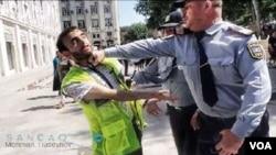 Polis jurnalisti döyərkən