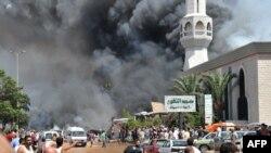 Una de las explosiones generó una densa columna de humo frente a una mezquita en el norte de la ciudad de Trípoli.
