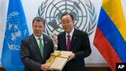 En esta imagen de archivo del 19 de septiembre del 2016, el presidente colombiano Juan Manuel Santos (a la izquierda) entrega el acuerdo de paz de su gobierno con las FARC al secretario general de Naciones Unidas Ban Ki-moon, en la sede de la ONU en Nueva York. (Foto AP/Craig Ruttle)