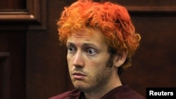Nghi can vụ thảm sát ở Colorado James Eagan Holmes ra tòa lần đầu tiên ở Aurora, Colorado hôm 23/7/12