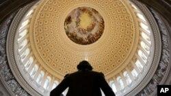 La Rotonda del Capitolio vista desde atrás de la estatua de George Washington en Washington, D.C. Foto de archivo.