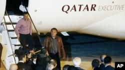 Murat Akpinar (tengah) dan Murat Agca (kiri atas), dua pilot Turkish Airlines yang diculik di Beirut, tiba di bandara Ataturk, Istanbul, Turki (19/10).
