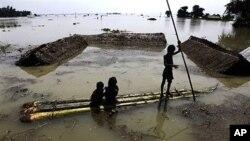 29일 홍수로 물에 잠긴 인도 과하티 지방 동쪽 마을.