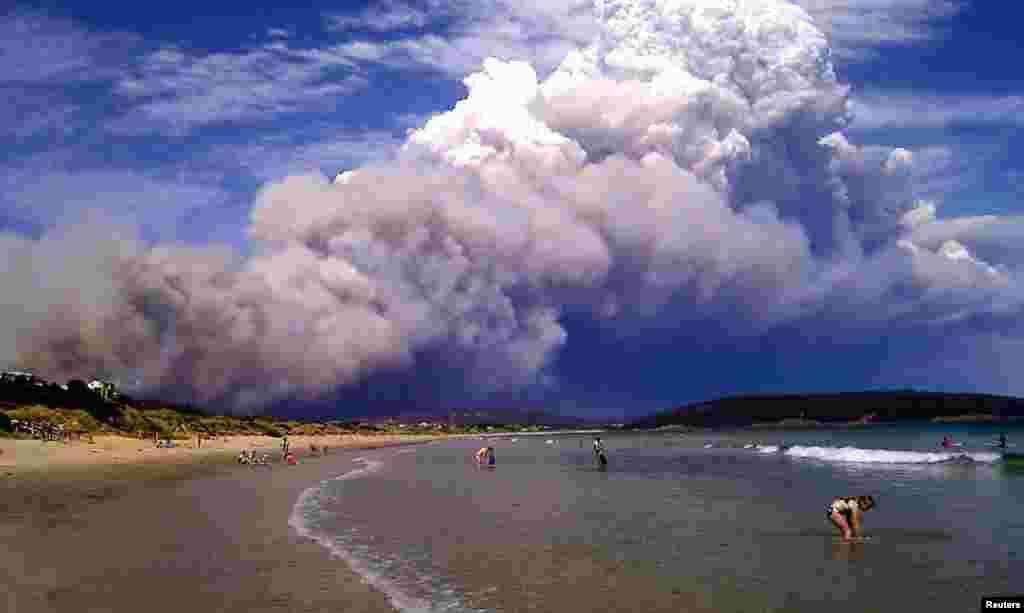 Khói của cháy rừng bốc lên thành cột xuất hiện trên bãi biển Carlton, miền đông của Hobart, Australia. 4/1/ 2013.