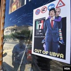 Poster Moammar Gaddafi di Tripoli (25/8). Gaddafi belum diketahui keberadaannya setelah jatuhnya Tripoli ke tangan pemberontak.
