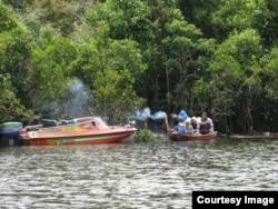 Petani madu hutan gunakan perahu di sekitar Danau Sentarum (foto: courtesy).