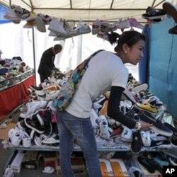 北京消费者选购廉价商品(资料照)