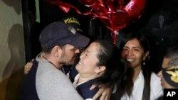 Keiko Fujimori es abrazada por su esposo Mark Vito Villanela a su salida de la prisión de Chorrillos, en Lima, el 29 de noviembre de 2019.