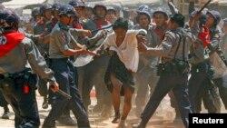 2015年3月10日緬甸警察毆打學生