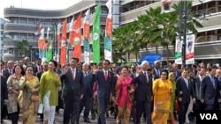 Kepala negara dari 109 negara Asia dan Afrika dalam 'historical walk' dari Hotel Savoy Homann ke Gedung Merdeka di Bandung (24/4). (VOA/R. Teja Wulan)