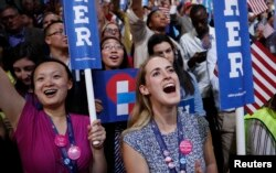 Qurultoy qatnashchilari Hillari Klintonni olqishlamoqda.