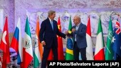 На зустрічі міністрів в Італії - спеціальний представник США з питань зміни клімату Джон Керрі (ліворуч), міністр екологічних змін Італії Рооберто Чінголані