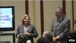 Anggota DPR AS dari Partai Republik, Ileana Ros-Lehtinen (kiri) dan Dana Rohrabacher bersiap berbicara di forum OIAC, sebuah kelompok oposisi Iran, di Washington (24/1).