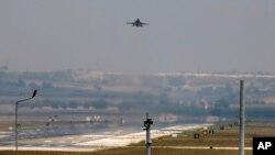 Pesawat jet tempur milik Angkatan Udara Turki lepas landas dari Pangkalan Militer Incirlik Air dekat Adana, tenggara Turki, 28 Juli 2015 (Foto: dok). Pesawat-pesawat tempur Turki dilaporkan telah menghantam sasaran-sasaran yang menjadi kubu milisi Kurdi Suriah di Suriah utara, menewaskan sekitar 200 anggota milisi. Kamis (20/10).