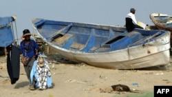 Un homme au port de Charca Nouadibou où des candidats à l'immigration clandestine pour l'Europe prennent des bateaux pour les côtes d'Espagne et d'Italie, le 11 mars 2006.