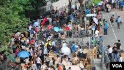香港「環保觸覺」估計,截止今年8月底,每天有超過1千名大陸水貨客在上水火車站不同出口集結,情況非常混亂。 美國之音湯惠芸拍攝