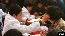 "Membaca ramalan berdasar ""garis tangan"" sudah menjadi budaya dan tradisi di masyarakat Tiongkok (foto: dok)."