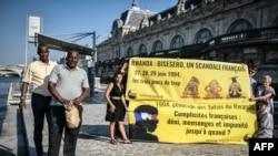 Les survivants tutsis du massacre de Bisesero, Eric Nzabihimana et Bernard Kayumba, devant la Seine, le 26 juin 2019, à Paris.
