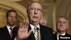 Pemimpin minoritas Senat AS, Mitch McConnell (tengah), menegaskan bahwa Partai Republik akan menggunakan pagu utang dalam mengurangi defisit AS (foto: dok).