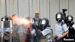 香港警察2019年8月11日在深水埠街区向反送中示威者发射催泪弹。