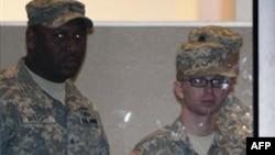 На фото справа: Брэдли Мэннинг.