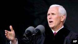 ARSIP – Wakil Presiden Michael Pence berbicara pada sebuah upacara peresmian di Grove City College, 20 Mei 2017, di Grove City, Pennsylvania (foto: AP Photo/Keith Srakocic).