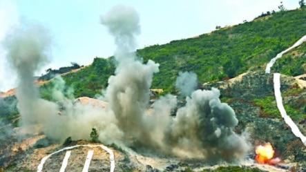 中国驻港军队演习中摧毁武装分子阵地(苹果日报图片)