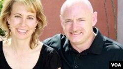 Anggota DPR AS Gabrielle Giffords (kiri), dan suaminya, astronot Mark Kelly (foto: dok.).
