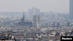 Kualitas udara di kota Paris yang cukup cukup tercemar terlihat dalam foto ini yang diambil pada 17 Maret 2014.