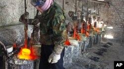 中國工人正在提煉稀土金屬