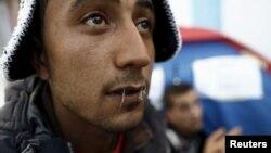 25 yaşındaki Tunuslu işsiz genç Yosri Adjili, Kasserine kentinde katıldığı protesto eyleminde ağzını dikmiş.