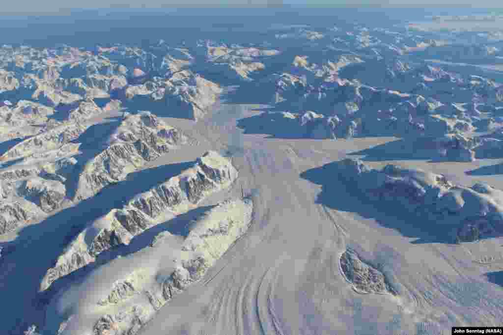ផ្ទាំងទឹកកក Heimdal នៅតំបន់ Greenland ភាគខាងត្បូង នៅក្នុងរូបភាពដែលថតកាលពីថ្ងៃទី១៣ ខែតុលា ឆ្នាំ២០១៥ ពីយាន្ត Falcon 20 របស់មជ្ឈមណ្ឌលLangley Research Center របស់ណាសា ដែលហោះហើរកម្ពស់ប្រមាណ១០គ.ម ខ្ពស់ជាងកម្រិតទឹកសមុទ្រ។
