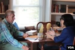 约克郡监事会副主席唐纳德•威金斯接受记者采访 (VOA卫视袁美拍摄)