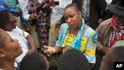 Photo d'archives (17 octobre 2010): La première dame de la RDC, Marie-Olive Lembe Kabila (au milieu) discutant avec des femmes de l'Est de la RDC lors de la Marche mondiale des femmes de Bukavu.