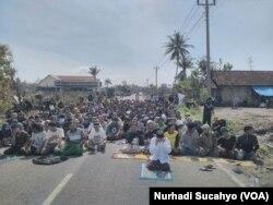 Warga Desa Palihan, Kulonprogo yang terdampak pembangunan bandara menggelar ibadah di jalan menolak kedatangan tim pembersih lahan.(Nurhadi Sucahyo/VOA)