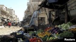 Sayur-sayuran dan buah-buahan yang berserekan di sekitar toko-toko yang rusak setelah serangan udara ke sebuah pasar di Kota Maarat al-Numan, Idlib, Suriah. (Foto:Dok)