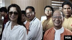 Aktris Malaysia, Michelle Yeoh (kiri) menurut rencana akan memerankan Aung San Suu Kyi dalam sebuah film mengenai tokoh aktivis Birma tersebut.