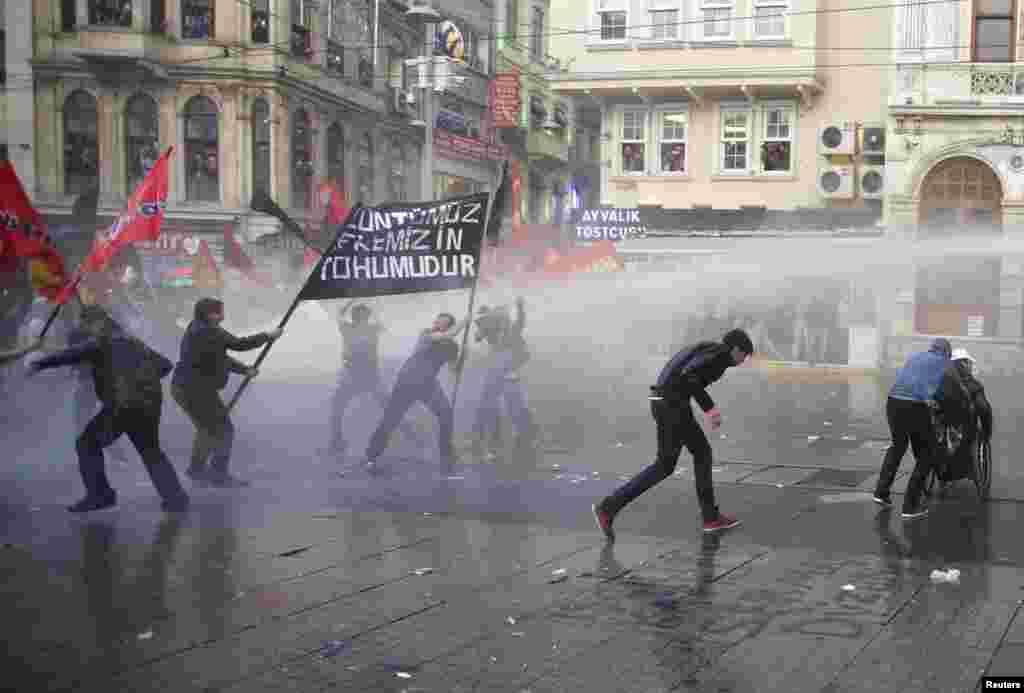 پولیس نے مظاہرین کو منتشر کرنے کے لیے آنسو گیس کا بھی استعمال کیا۔