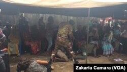 Une saynète jouée lors de la commémoration du 8e anniversaire du massacre de Conakry, en Guinée, 28 septembre 2017. (VOA/Zakaria Camara)