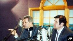 Ο Δ. Αβραμόπουλος με τον Γ. Μπίστη σε παλαιότερη επ;iσκεψή του στη VOA.