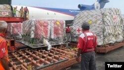 Разгрузка гуманитарной помощи, поступающей в Венесуэлу через организацию Красный Крест